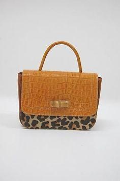 Muita onça em vários modelos de bolsas, arrematadas com mil cores lindas!