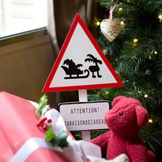 Panneau triangle livraison de cadeaux H 52.5cm - Rouge / blanc NORTH