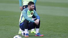 Messi observa al resto de compañeros sentado en la pelota