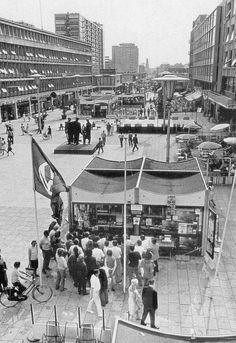 Het Stadhuisplein in 1970 tijdens de C70. in dat gebouwtje kon je op de foto met de cup met grote oren de door feyenoord gewonen cup