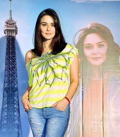 Bollywood Celebrities, Bollywood Actress, Bollywood Fashion, Pretty Zinta, Bollywood Stars, Sister Poses, Karisma Kapoor, Dimples, Indian Actresses