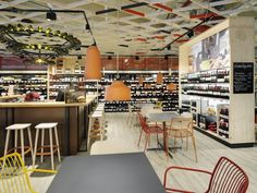 The layout has been conceived to allow a smooth customer flow inside the sales outlet and, at the same time, creates a more protected area removed from the passage of trolleys, with the tasting counter, tables and chairs arranged into a focal point.