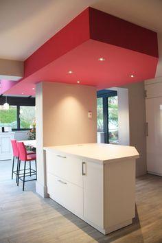 cuisine blanche laquée avec faux plafond géométrique rose avec spots sur ilot