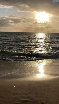 Watching the waves Maui - Günbatımları Beautiful Beach Pictures, Beautiful Beaches, Sunset Wallpaper, Nature Wallpaper, Sky Aesthetic, Sunset Photography, Beach Landscape, Nature Pictures, Amazing Nature