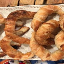Medialunas de manteca materas - Cocineros Argentinos Media Luna, Onion Rings, Food And Drink, Ethnic Recipes, Snoopy, Croissants, Flaky Pastry, Garlic, Onion Strings