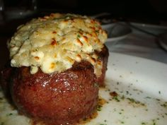 Ruth Chris Steakhouse copycat Blue Cheese Filet recipe - my mouth is watering already! Filet Recipes, Meat Recipes, Cooking Recipes, Sirloin Recipes, Beef Sirloin, Kabob Recipes, Fondue Recipes, Meatball Recipes, Grilling Recipes