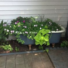 like the idea of plants overhanging the sides Garden Bathtub, Water Garden, Garden Pots, Outdoor Tub, Outdoor Landscaping, Backyard Projects, Garden Projects, Rustic Gardens, Outdoor Gardens