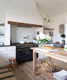 Rustic Kitchen, Diy Kitchen, Kitchen Dining, Kitchen Board, Country Kitchen, Kitchen Ideas, Home Design, Tile Accent Wall, Summer Kitchen