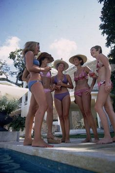 Bikini Society (© Slim Aarons) February From l to r; Christina Chambonne, Elinor Hill, Clare Davidson, Suzy Naggia, Carole Page gossiping by a swimming pool in Acapulco. Slim Drink, Slim Aarons, Luxe Life, Second Best, Vintage Travel, Beautiful Images, Female Bodies, Life Is Good, Summertime