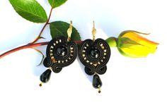 Cercei soutache onix-auriu Soutache Jewelry, Earrings, Ear Rings, Stud Earrings, Ear Piercings, Ear Jewelry, Beaded Earrings Native, Pierced Earrings