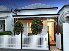 4 Dixon Street, Prahran, Vic View property details and sold price of 4 Dixon Street & other properties in Prahran, Vic Victorian Homes Exterior, Victorian Style Homes, Victorian Cottage, Cottage Exterior Colors, House Paint Exterior, Cottage Homes, Cottage Style, Cottage Hallway, Modern Fence Design