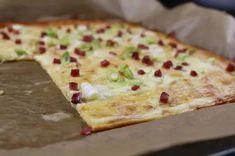 Gute Nachrichten für alle, die auch auf Flammkuchen nicht verzichten wollen: Ihr könnt sie auch gut ohne Kohlenhydrate zubereiten. Alex von Essen ohne Kohlenhydrate bereitet den Boden aus Quark, Mandelmehl, Käse und Crème Fraîche zu und belegt den kohlenhydratfreien Flammkuchen dann klassisch mit Frühlingszwiebeln und Speck. Zum Rezept: Low Carb-Flammkuchen Creme Fraiche, Low Carb Flammkuchen, Hawaiian Pizza, Yummy Food, Cheese, Recipes, Delicious Food, Food Dinners, Food Portions
