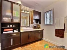 Salle de bain de rêve à voir à Austin #DuProprio Kitchen Cabinets, Mirror, Bathroom, Furniture, Home Decor, Dream Bathrooms, Bath, Washroom, Decoration Home