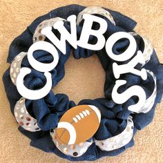Dallas Cowboys Football Burlap Wreath with glitter and shiny silver ribbon and a football. I'd do this with WVU though! Dallas Cowboys Wreath, Football Wreath, Dallas Cowboys Football, Easy Diy Crafts, Diy Arts And Crafts, Easy Diy Projects, Fun Crafts, Wreath Crafts, Diy Wreath