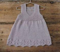 Den her lille feminine kjole er da oplagt at strikke til din helt private prinsesse, hvad enten det er din datter, dit barnebarn et eller andet kært barn. Garnet fra Onion er en spritny og toplækker blanding af mohair, nældefibre og uld – lunt, blødt og såååååå dejligt. Opskriften går fra str. 1 ½ år til ca. 3 ½ år,…