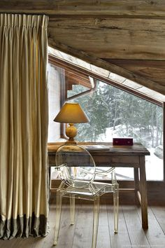 This corner workspace must be cold in the winter but it is very cute ❤❄ House Design, Rustic Cabin, Decor Interior Design, House Styles, Home Decor, Mountain Interior Design, Cottage Interiors, Chalet Interior, Rustic House