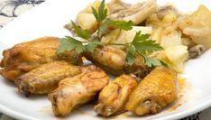 Karlos Arguiñano prepara un plato de alitas de pollo asadas en el horno con guarnición de patatas, cebolleta y setas.