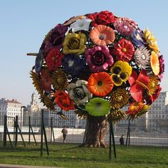 """Flower Tree"", de Choi Jeong-Hwa, em Lyon, França. #escultura #sculpture #arte #artes #arts #art #artlover #design #architecturelover #architecture #arquitetura #instagood #instacool #instadaily #design #projetocompartilhar #davidguerra #shareproject #flowertree #choijeonghwa #lyon #franca #france"