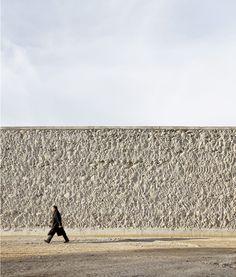 Un trazado de esculturales muros de hormigón define el Parque de Valdefierro en Zaragoza. - diariodesign.com