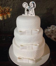 Bolo de casamento...todo em pasta americana com um topo de bolo super fofinho em desenho.