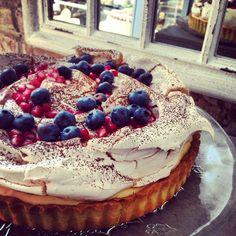 caramel tart with meringue & fruits