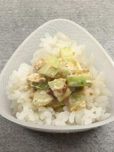 Onigiri-Füllung mit Gurke, Hummus und Misopaste. #onigiri #hummus #miso #katjakochtcom