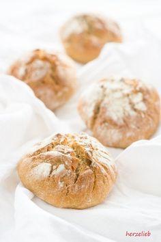 Rezept für Kartoffelbrötchen - Frühstücksglück von  herzelieb   Man kann nie genug Rezepte für Brötchen haben! Gerade Kartoffelbrötchen sind immer wieder ein Genuss und sie haben den Vorteil, dass man sie auch noch am nächsten Tag wunderbar aufbacken kann. Mit wenige Zutaten etwas so Tolles zum Frühstück zu zaubern finde ich einfach genial.     Dank des V...