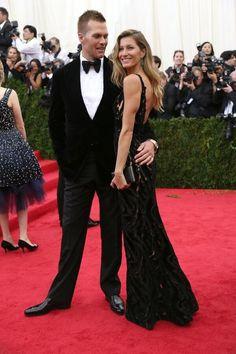 A bodo de um vestido preto da Balenciaga, top model atrai todos os flashes da noite, em Nova York