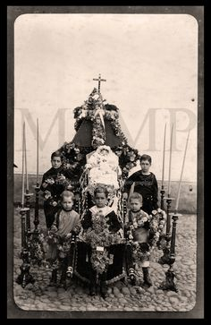 portrait of deceased child surrounded by children family members Victorian Photos, Victorian Era, Memento Mori, Old Photos, Vintage Photos, Death Pics, Post Mortem Pictures, Post Mortem Photography, Macabre