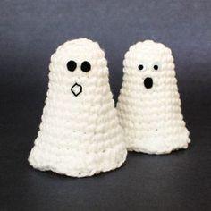 Adorable crochet ghosts ... FREE pattern! #petalstopicots #petalstopicotscrochet #p2pFiberArtsCommunity