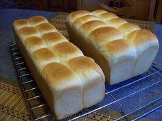 """Ein herrliches Toastbrot, das neben dem guten Geschmack auch sättigt. Das Rezepte stammt von Bäcker Süpke und heißt """"Toastbrot zum selber basteln ohne chemische Kampfstoffe"""" Wenn man sich an das Re..."""