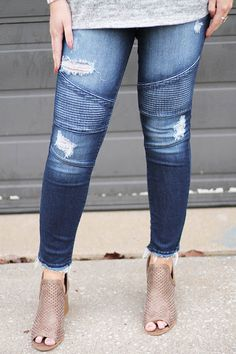 These trendy motto distressed jeans are just adorable! We love the frayed cutoff hemlines. Pair with booties for a stylish outfit. #distressedjeans #mottojeans #jeggings #denim