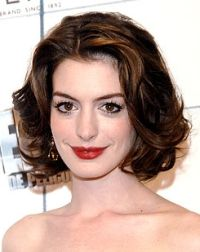 """20 of The Most Gorgeous Red Lip Looks in 20 Years - 2008 - ANNE HATHAWAY The Oscar winner says her go-to color is red because """"it's powerful and energizing."""" It also looks great with her dark tresses, doe-shaped eyes, and alabaster skin. My Hairstyle, Pretty Hairstyles, Prom Hairstyles, Perfect Bangs, Chin Length Hair, Star Hair, Corte Y Color, Fall Hair, Short Hair Cuts"""