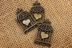 Μεταλλικό Κλουβί Καρδιά MI3764  Μεταλλικό κλουβί σε σχήμα καρδιάς, bronze, με διαστάσεις 2 x 3,5cm.Χρησιμοποιήστε τα για να δημιουργήστε μοναδικές μπομπονιέρες και προσκλητήρια, δώρα και γούρια, στολίστε λαμπάδες, κουτιά βάπτισης και λαδοσέτ. Συνδυάστε τα μεταλλικά στοιχεία με κορδόνια, κορδέλες, δαντέλες και κουμπιά και δώστε στις δημιουργίες σας μια ξεχωριστή, vintage πινελιά.Συσκευασία 50 τεμαχίων. Stencil Designs, Stencils, Enamel, Accessories, Jewelry, Vitreous Enamel, Jewlery, Bijoux, Enamels