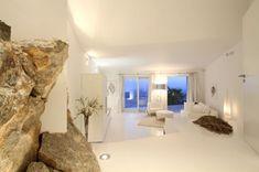 L'Architettp Alberto Rubio ha disegnato e progettato la Bird House a Maiorca in Spagna. Una villa incastonata tra la roccia e il mare. Con una sorprendente