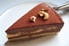 Moelleux choco noisette IG bas___Génoise - 125gr de poudre d'amande - 4 oeufs - 3cs de sirop d'agave - 3cs d'eau Ganache - 40cl de crème de soja liquide - 200gr de chocolat noir à 85% - 4cs de sirop d'agave - 4cs de purée de noisettes - 2 oeufs - 1 pincée de sel - noisettes brisées pour la décoration - cacao en poudre 100%