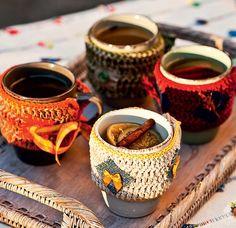 É época de quentão! Para que os convidados não queimem a mão, capinhas de crochê encapam os copos de cerâmica