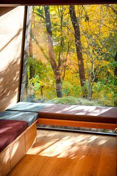 Hospitales de Noruega construyen cabañas para sanar pacientes con naturaleza Kristiansand, Oslo, Outdoor Retreat, Outdoor Decor, Bed Design, House Design, Light Hardwood Floors, Window Benches, Window Seats