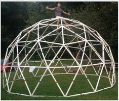 A geodesic dome made of PVC may be the most cost-effective method of building a structurally solid yet transportable shelter. Geodesic Dome Greenhouse, Geodesic Dome Homes, Greenhouse Plans, Climbing Dome, Garden Igloo, Dome Structure, Tub Enclosures, Aquaponics Diy, Dome House