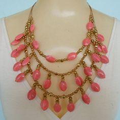 Maxi colar feito com resina rosa bolinhas em abs dourada e fio de aço. R$ 12,00