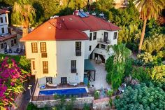 Deja Vu Hotel Antalya Situated in Kalei·çi·'s old town, Deja Vu Hotel provides stylish accommodation with free Wi-Fi. It features an intimate courtyard with a pool, sauna and a lush garden.  All rooms at this family-run hotel are furnished in dark wood.