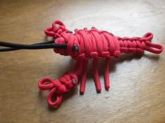 Leonard Red Paracord Lobster by JAKRabbitry on Etsy Paracord Tutorial, Paracord Knots, 550 Paracord, Paracord Bracelets, Crafts To Make, Arts And Crafts, Diy Crafts, Tape Crafts, Paracord Projects