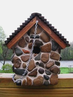 Make an adorable stone bird house for your garden! – DIY projects for everyone! Outdoor Projects, Diy Projects, Outdoor Decor, Bird House Kits, Bird Aviary, Bird Houses Diy, Bird Boxes, River Stones, Kinds Of Birds