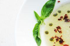 Sopa de meló amb cruixent d'ibèric, menta i salsa d'alfàbrega. Tramonti Platja. Sopa de melón con crujiente de ibérico, menta y salsa de albahaca. www.tramontipepcuriel.com #aRoses #VisitRoses #Incostabrava #cocina #gastronomia #turismo #emporda