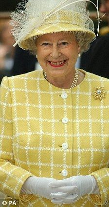 Queen Elizabeth II Style Retrospective: 2004 HM looks wonderful in yellow and is wearing her Frosted Sunflower Brooch Die Queen, Hm The Queen, Royal Queen, Her Majesty The Queen, Save The Queen, Windsor, Courses Hippiques, Queen Hat, English Royal Family