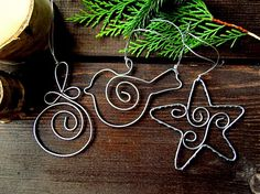 Original DIY Weihnachtsschmuck und Dekoration aus dünnem Draht H eute I found for you interesting, original, concrete ideas for DIY Christmas decorations and decoration made of thin wire that is easy to m … Wire Ornaments, Photo Christmas Ornaments, Ornament Crafts, Handmade Christmas, Christmas Crafts, Christmas Decorations, Deco Table Noel, Bijoux Fil Aluminium, Wire Crafts