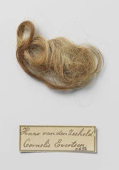 Plukje haar gevonden in het graf van Cornelis Evertsen,, 1600 - 1666