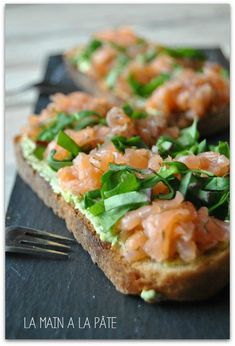 Tartine in Scottish salmon, avocado and chopped salad la-main-a-la-pate. Easy Cooking, Cooking Recipes, Bruchetta Recipe, Appetizer Recipes, Appetizers, Roasted Pear, Chopped Salad, How To Cook Quinoa, Healthy Salad Recipes