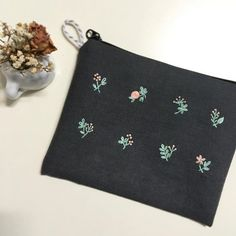 2가지 색실로만 수 놓은 #파우치 . . . #embroidery #꽃보다자수 #자수파우치 #프랑스자수 #프랑스자수파우치 #handmade