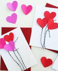 activité-créative-maternelle-coeurs-rose-et-rouges-idée-comment-fabriquer-une-carte-de-voeux-pour-la-fête-des-mères